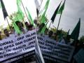 Ormas Islam membawa spanduk dan bendera saat aksi di gedung DPRA, Banda Aceh, Rabu (13/2). Mereka mendesak DPRA segera mensahkan Qanun Jinayah yang mengatur tentang hukum cambuk dan hukum Rajam bagi pelaku pelanggaran Syariat. (FOTO ANTARA/Ampelsa)
