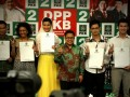 Ketua Umum PKB Muhaimin Iskandar (3kanan) bersama sejumlah artis (dari ki-ka) Krisna Mukti, Putri Nere, Arzetti Bilbina, Tommy Kurniawan, Mandala Soji memperlihatkan formulir pendaftaran calon legislatif PKB untuk pemilihan umum 2014 di kantor DPP Partai Kebangkitan Bangsa di Raden Saleh, Jakarta, Kamis (28/2). Menurut Cak Imin, pendaftaran sejumlah artis Ibukota tersebut sebagai Caleg PKB sebagai bentuk ikut serta meramaikan pesta demokrasi yang juga diperlukan untuk mendongkrak popularitas dan elektabilitas partai pada Pemilu 2014. (FOTO ANTARA/Teresia May)
