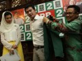 Ketua Umum PKB Muhaimin Iskandar (kanan) memberikan jaket PKB kepada salah satu caleg PKB Mandala Soji (tengah) yang didampingi Arzeti Bilbina (kiri) saat pendaftaran calon legislatif untuk pemilihan umum 2014 di kantor DPP Partai Kebangkitan Bangsa di Raden Saleh, Jakarta, Kamis (28/2). Menurut Cak Imin, pendaftaran sejumlah artis Ibukota tersebut sebagai Caleg PKB sebagai bentuk ikut serta meramaikan pesta demokrasi yang juga diperlukan untuk mendongkrak popularitas dan elektabilitas partai pada Pemilu 2014. (FOTO ANTARA/Teresia May)