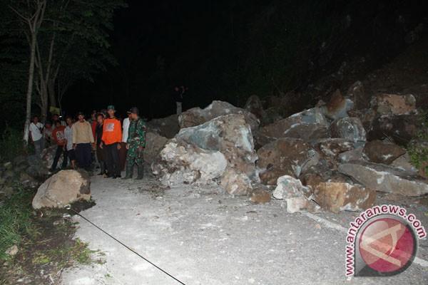 Jalan raya Ngawi-Madiun longsor akibat banjir