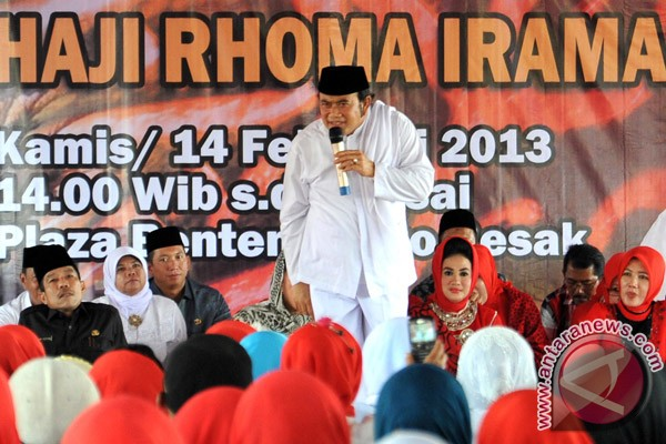 Fans of Rhoma Irama bagikan kebutuhan pokok Ramadhan