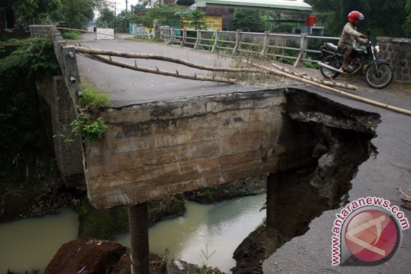 Jalur Ponorogo-Pacitan terputus akibat jembatan runtuh