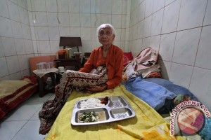 Kepala Polda Sulawesi Selatan berikan bantuan ke panti jompo