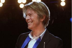 Potongan rambut David Bowie segera dilelang