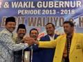 Pasangan bakal calon gubernur dan wakil gubernur Jateng dalam Pemilukada Jawa Tengah 2013, Bibit Waluyo (kiri) dan Sudijono Sastroatmodjo (2 kanan), Ketua DPD Partai Demokrat Jateng Sukawi Sutarip (tengah), Ketua DPW PAN Wahyu Kristianto (kedua kanan), serta Sekretaris DPD Partai Golkar Jateng Iqbal Wibisono (kanan), saat deklarasi calon gubernur dan wakil gubernur Jateng periode 2013-2018, di Semarang, Senin (4/3). Bibit Waluyo yang saat ini masih menjabat sebagai gubernur Jateng dan Sudijono Sastroatmodjo yang merupakan Rektor Universitas Negeri Semarang itu didukung oleh Partai Demokrat, Partai Amanat Nasional, dan Partai Golkar. (FOTO ANTARA/R. Rekotomo)