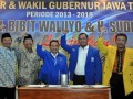 Pasangan bakal calon gubernur dan wakil gubernur Jateng dalam Pilkada Jawa Tengah 2013, Bibit Waluyo (kiri) dan Sudijono Sastroatmodjo (kedua kanan), Ketua DPD Partai Demokrat Jateng Sukawi Sutarip (tengah), Ketua DPW PAN Wahyu Kristianto (2 kanan), serta Sekretaris DPD Partai Golkar Jateng Iqbal Wibisono (kanan), mengangkat tangan saat deklarasi calon gubernur dan wakil gubernur Jateng periode 2013-2018, di Semarang, Senin (4/3). Bibit Waluyo yang saat ini masih menjabat sebagai gubernur Jateng dan Sudijono Sastroatmodjo yang merupakan Rektor Universitas Negeri Semarang itu didukung oleh Partai Demokrat, Partai Amanat Nasional, dan Partai Golkar. (FOTO ANTARA/R. Rekotomo)