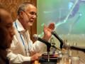 Direktur Global Health Group Universitas California, Richard Feachem (kanan) menjelaskan perkembangan wabah malaria saat ini, di sela Pertemuan ke-5 Jejaring Eliminasi Malaria se-Asia Pasifik (APMEN) di Jimbaran, Bali, Selasa (5/3). Pertemuan 6 hari itu diikuti oleh lebih dari 130 peserta dari 26 negara untuk membahas strategi dalam eliminasi malaria di negara anggota, regional dan tingkat global. (ANTARA/Nyoman Budhiana)
