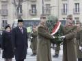 Presiden Susilo Bambang Yudhoyono didampingi Ibu Ani Yudhoyono meletakkan karangan bunga di Taman Makam Pahlawan (TMP) Heroes Square Budapest, Hongaria, Kamis (7/3) siang waktu setempat. (ANTARA/Setpres-Abror)