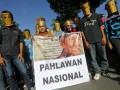 Sejumlah pemuda membawa spanduk bergambar mendiang musisi keroncong Gesang di Sukoharjo, Jawa Tengah, Minggu (10/3). Aksi memperingati 1000 hari wafatnya musisi keroncong Gesang tersebut sekaligus mengusulkan mendiang Gesang sebagai Pahlawan Nasional. (FOTO ANTARA/Herka Yanis Pangaribowo)