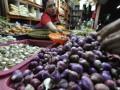 Pedagang menimbang bawang di Pasar Senen, Jakarta Pusat, Rabu (13/3). Asosiasi Pedagang Pasar Indonesia menilai naiknya harga bawang putih dan bawang merah dalam sepekan terakhir terkait dengan ketidakberesan kebijakan impor sektor pangan. (FOTO ANTARA/Fanny Octavianus)