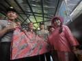 Kapolda Metro Jaya Irjen Putut Eko Bayuseno (kiri), Direktur Utama Sriwijaya Chandra Lie (ketiga kiri) beserta Pendiri Sekolah Kartini Sri Rossyati (kedua kanan) dan Irianingsih (kanan) menunjukkan kain hasil kreativitas siswa saat peresmian Sekolah Darurat Kartini di Jalan Lodan Raya, Pademangan, Jakarta Utara, Rabu (13/3). Sekolah darurat Kartini yang didirikan pada  1990 kemudian digusur dan pindah ke Ancol, kini mempunyai gedung baru yang dapat menampung sekitar 621 siswa-siswi yang kurang mampu tanpa dipungut biaya untuk tingkat TK, SD, SMP dan SMU. (FOTO ANTARA/Zabur Karuru)