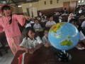 Pendiri Sekolah Kartini Sri Rossyati (kiri) mengajar seusai peresmian Sekolah Darurat Kartini di Jalan Lodan Raya, Pademangan, Jakarta Utara, Rabu (13/3). Sekolah darurat Kartini yang didirikan pada 1990 kemudian digusur dan pindah ke Ancol, kini mempunyai gedung baru yang dapat menampung sekitar 621 siswa-siswi yang kurang mampu tanpa dipungut biaya untuk tingkat TK, SD, SMP dan SMU. (FOTO ANTARA/Zabur Karuru)