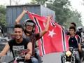 Sejumlah Mantan Kombatan Gerakan Aceh Merdeka (GAM) melakukan konvoi serepada motor membawa Bendera Aceh berlambang Bulan Bintang melintas di jalan Nasional kawasan Punteuet, Kecamatan Blang Mangat, Lhokseumawe, Provinsi Aceh. Senin (25/3). Meski belum sah untuk dikibarkan karena belum dimasukkan kedalam kedalam lembaran daerah, pasca pengesahan rancangan qanun tentang bendera dan lambang Aceh oleh DPRA pada Jumat (22/3) bendera Aceh antusias dikibarkan di sejumlah kabupaten/kota. (FOTO ANTARA/Rahmad)