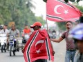 Sejumlah Mantan Kombatan Gerakan Aceh Merdeka (GAM) memperlihatkan Bendera Aceh berlambang Bulan Bintang di jalan Nasional kawasan Kandang, Kecamatan Muara Dua Lhokseumawe, Provinsi Aceh. Senin (25/3). Meski belum sah untuk dikibarkan karena belum dimasukkan kedalam kedalam lembaran daerah, pasca pengesahan rancangan qanun tentang bendera dan lambang Aceh oleh DPRA pada Jumat (22/3) bendera Aceh antusias dikibarkan di sejumlah kabupaten/kota. (FOTO  ANTARA/Rahmad)