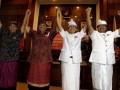 Dua pasangan calon gubernur-wakil gubernur Bali, A.A Ngurah Puspayoga (kedua kiri) - Dewa Nyoman Sukrawan (kiri) dan Made Mangku Pastika (kedua kanan) - I Ketut Sudikerta (kanan) berpegangan tangan saat pengundian nomor urut pasangan calon di Denpasar, Bali, Sabtu (30/3). Pasangan Puspayoga-Sukrawan memperoleh nomor urut 1 dan Pastika-Sudikerta bernomor urut 2 yang akan maju ke Pilkada Bali pada 15 Mei 2013. (FOTO ANTARA/Nyoman Budhiana)