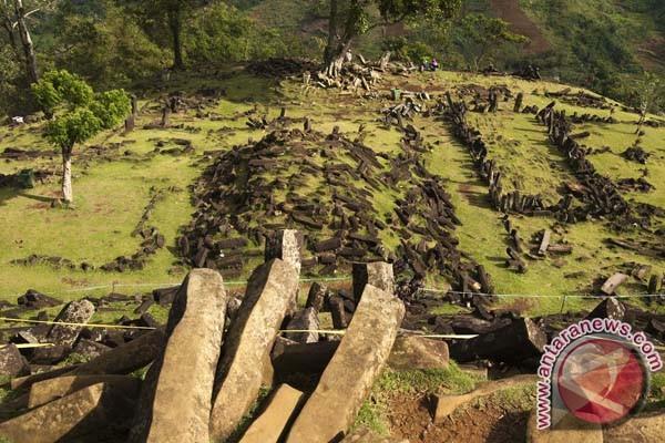 Terasering di lereng Gunung Padang mulai tersingkap