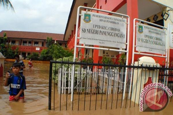Tangerang (antara news) - sungai cisadane, kota tangerang, banten