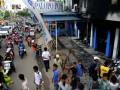 Sejumlah warga melihat kondisi kantor media lokal Palopo Pos yang ikut dibakar massa saat kerusuhan, di Palopo, Sulawesi Selatan, Senin (1/4). Kantor media lokal tersebut menjadi sasaran amuk massa saat terjadi kerusuhan pada Minggu, 31 Maret 2013. (FOTO ANTARA/Sahrul Manda Tikupadang)