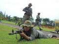 Sejumlah personel Brimob Polda Jatim di Bojonegoro mengelar latihan bersama dengan memanfaatkan senjata tanpa peluru, Kamis (4/4). Latihan yang dilakukan personel Brimob itu sekaligus merupakan persiapan untuk pengamanan menjelang pelaksanaan Pilkada Jatim yang akan digelar 2013 ini. (FOTO ANTARA/Aguk Sudarmojo)
