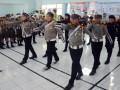 Sejumlah murid SD belajar baris-berbaris saat pengenalan menjadi polisi di Makassar, Sulsel, Kamis (4/4). Pelatihan tersebut untuk memperkenalkan kepada murid cara kerja dan peranan polisi sejak dini. (FOTO ANTARA/Darwin Fatir)