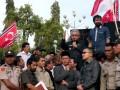 Gubernur Aceh, Zaini Abdullah (kiri) didampingi Wagub Muzakir Manaf (kanan) memberikan penjelasan kepada seribuan masa pendukung bendera Aceh berlambang bulan bintang usai pertemuannya dengan Mendagri, Gamawan Fauzi di Banda Aceh, Kamis (4/4). Gubernur Aceh meminta masa untuk mempercayakan kepada pemerintah, DPRA dan Walinanggroe berjuang mempertahankan bendera Aceh yang sudah disahkan dalam qanun (peraturan) serta masuk dalam lembaran daerah. (FOTO ANTARA/Ampelsa)