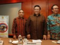 "Menko Kesra Agung Laksono (tengah) bersama Menteri Kelautan dan Perikanan Sharif C. Sutardjo (kanan) dan Gubernur Nusa Tenggara Timur Frans Lebu Raya (kiri) usai memberikan keterangan pers Peluncuran Sail Komodo 2013 di Jakarta, Senin (8/4) malam. Sail Komodo 2013 mengambil tema ""Jembatan Emas Menuju Nusa Tenggara Timur menjadi Destinasi Utama Pariwisata Dunia"" dan akan dilaksanakan acara puncaknya pada tanggal 14 September 2013 di Labuan Bajo Kabupaten Manggarai Barat, NTT. (FOTO ANTARA/Widodo S. Jusuf)"