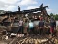 Sejumlah warga bergotong royong membersihkan puing-puing rumah yang porak poranda diterjang angin puting beliung di kawasan lereng Gunung Sumbing Desa Banyumudal, Sapuran, Wonosobo, Jawa Tengah, Rabu (10/4). Akibat bencana alam tersebut puluhan rumah rusak parah dan ratusan lainnya mengalami rusak sedang dan rusak ringan, tidak ada korban dalam kejadian itu, kerugian ditaksir mencapai ratusan juta rupiah. (FOTO ANTARA/Anis Efizudin)