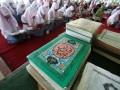 Sejumlah umat muslim melakukan Semaan Al Quran (membaca dan menyimak Al Quran) di Pagelaran Kraton Yogyakarta, Rabu (10/4). Semaan Al Quran tersebut diselenggarakan dalam rangka peringatan berdirinya Kraton Yogyakarta yang ke-266 tahun. (FOTO ANTARA/Noveradika)