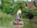 Warga melintasi jalan yang terendam banjir di Kaliwungu, Kudus, Jateng, Kamis (11/4). Dari data Badan Penanggulangan Bencana Daerah (BNPB) Kudus, menyebutkan saat ini banjir dengan ketinggian sekitar 50 cm hingga 70 cm di Kudus semakin meluas dan merendam ratusan rumah di 9 desa yang berada di 3 kecamatan. (FOTO ANTARA/Andreas Fitri Atmoko)