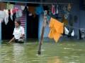 Seorang warga berada di dekat rumah yang terendam banjir di Kaliwungu, Kudus, Jateng, Kamis (11/4). Dari data Badan Penanggulangan Bencana Daerah (BNPB) Kudus, menyebutkan saat ini banjir dengan ketinggian sekitar 50 cm hingga 70 cm di Kudus semakin meluas dan merendam ratusan rumah di 9 desa yang berada di 3 kecamatan. (FOTO ANTARA/Andreas Fitri Atmoko)