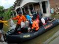 Petugas Palang Merah Indonesia (PMI) dan Badan Penanggulangan Bencana Daerah (BPBD) Kudus mendistribusikan bantuan makanan kepada korban banjir di Kaliwungu, Kudus, Jateng, Kamis (11/4). Menurut BPBD hingga saat ini bantuan logistik untuk ratusan korban banjir dari 9 desa di 3 kecamatan masih mencukupi. (FOTO ANTARA/Andreas Fitri Atmoko)
