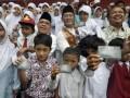 Kepala DInas Pendidikan DKI Jakarta Taufik Yudi (tengah), Asisten Kesejahteraan Masyarakat DKI Mara Oloan Siregar (kiri), dan Direktur Operasional Bank DKI Martono (kanan) bersama siswa penerima Kartu Jakarta Pintar menunjukan KJP miliknya seusai pembagian secara simbolis kartu tersebut di SMK 16 Jakarta, Jumat (12/4). Sebanyak 80.384 Kartu Jakarta Pintar (KJP) dibagikan kepada siswa-siswi mulai dari SD hingga SMA se-DKI dan Pemprov DKI menganggarkan dana sebesar Rp 804.63 miliar untuk KJP tersebut di tahun 2013. (ANTARA/Zabur Karuru)