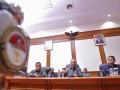 Menteri Pertahanan Purnomo Yusgiantoro (kiri) didampingi Sekjen Kemhan, Letjen TNI Budiman (kanan) dan Staf Ahli Menhan Bidang Keamanan Mayjen TNI Hartind Asrin memberikan keterangan terkait kasus penyerangan di Lapas Cebongan, Selaman, di Kantor Kemenhan, Jakarta, Kamsi (11/4). Menhan berpendapat kasus penembakan 4 tahanan oleh 11 oknum Kopassus di LP Cebongan bukan pelanggaran HAM karena tidak ada kebijakan dari pimpinan sehingga tidak perlu dibentuk Dewan Kehormatan Militer, sedangkan anggota Koppasus yang terlibat akan mendapat hukuman berat melalui pengadilan militer.(FOTO ANTARA/Wahyu Putro A)