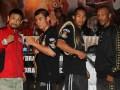 """Juara Dunia Kelas Super Bulu versi WBA Chris """"The Dragon"""" John (kedua kiri) didampingi Juara Dunia Kelas Bulu Versi IBO Daud """"Cino"""" Yordan (kedua kanan), Petinju Jepang Satoshi """"Bazooka"""" Hasono (kiri) dan Petinju Afrika Selatan Mantan Juara Dunia IBO Simphiwe """"V12"""" Vetyeka (kanan) foto bersama seusai konferensi pers di Jakarta, Jumat (12/4). Dragon Fire menyelenggarakan dua pertandingan Gelar Juara Dunia Tinju yang diselenggarakan pada 14 April 2013 mempertemukan Chris Jhon dengan petinju asal Jepang Satoshi Hosono dan Daud Yordan dengan Simphiwe Vetyeka. (ANTARA/M Agung Rajasa)"""