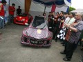 Rektor Universitas Sumatera Utara (USU) Syahril Pasaribu (kanan) melepas mobil yang diberi nama Mesin USU III dan Mesin USU IV pada peluncurannya di Medan, Sumut, Sabtu (13/4). Universitas Sumatera Utara (USU) kembali meluncurkan mobil hemat energi berbahan bakar solar dan ethanol yang akan diikutkan dalam lomba Shell Eco Marathon Asia di Sirkuit Sepang Malaysia, 4-7 Juli 2013. (ANTARA/Septianda Perdana)