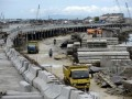 Sejumlah kendaraan proyek beraktifitas di samping jalan tol penghubung Bandara Ngurah Rai-Nusa Dua di Denpasar, Jumat (12/4). Jalan bebas hambatan sepanjang 12,1 Km di atas laut itu ditargetkan dapat diuji kelaikan pada Mei 2013 sehingga menjelang KTT APEC jalan tersebut sudah dapat beroperasi untuk memperlancar kegiatan itu. (FOTO ANTARA/Nyoman Budhiana)