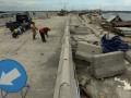 Sejumlah pekerja menyelesaikan pekerjaan tahap akhir jalan tol penghubung Bandara Ngurah Rai-Nusa Dua di Denpasar, Jumat (12/4). Jalan bebas hambatan sepanjang 12,1 Km di atas laut itu ditargetkan dapat diuji kelaikan pada Mei 2013 sehingga menjelang KTT APEC jalan tersebut sudah dapat beroperasi untuk memperlancar kegiatan itu. (FOTO ANTARA/Nyoman Budhiana)