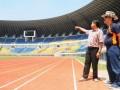 Manajer Persib Bandung, Umuh Muhtar (kanan) meninjau Stadion Gelora Bandung Lautan Api (GBLA) di daerah Gede Bage Bandung, Jawa Barat, Rabu (17/4). GBLA yang sedang dalam proses penyelesaian ini mampu menampung sebanyak 38 ribu penonton dan diharapkan menjadi salah satu bagian penunjang keberhasilan tim Persib Bandung. (FOTO ANTARA/Agus Bebeng)
