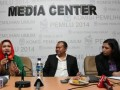 "Anggota Komisi Pemilihan Umum (KPU) Ida Budhiati (kanan), Sekjen Partai Nasdem Rio Patrice Capella (tengah), Ketua Badan Pemenangan Pemilu Partai Persatuan Pembangunan (PPP) Fernita Darwis (kiri) menjadi pembicara dalam diskusi publik KPU di Media Center Komisi Pemilihan Umum (KPU), Jakarta, Rabu (17/4). Diskusi politik wartawan pemilu tersebut mengambil tema ""Kuota Perempuan Antara Kualitas dan Keharusan"". (FOTO ANTARA/Reno Esnir)"
