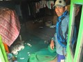 Seorang warga memperlihatkan perabotan rumahnya yang hancur akibat gempa di Desa Kepakisan, Batur, Banjarnegara, Jateng, Sabtu (20/4). Gempa mengguncang kawasan Kawah Timbang di Desa Sumberejo, Batur, Kabupaten Banjarnegara, Jumat (20/4) malam, dan menyebabkan 108 rumah rusak berat dan seribuan warga mengungsi. (ANTARA/Idhad Zakaria)
