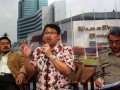 Ketua Majelis Hukum PP Muhammadiah, Syaiful Bakhri (tengah), bersama Wakil ketua Pansus RUU Ormas, Deding Ishak (kiri) dan Direktur Ketahanan, Seni, Kebudayaan, Agama dan Kemasyarakatan Kementerian Dalam Negeri, Budi Prasetyo (kanan), memberikan pendapatnya saat diskusi di Komplek Parlemen, Senayan, Jakarta, Selasa (23/4). Diskusi yang diselenggarakan oleh wartawan parlemen tersebut membahas Undang-undang Organisasi Massa. (FOTO ANTARA/ Ujang Zaelani)