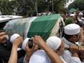 Sejumlah umat muslim mengusung keranda berisi jenazah Ustad Jefry Al Buchori di Masjid Istiqlal, Jakarta, Jumat (26/4). Ustad Jefry meninggal akibat kecelakaan motor dan dimakamkan di Tempat pemakaman Umum (TPU) Karet Bivak, Jakarta. (ANTARA/Hendra Nurdiyansyah)