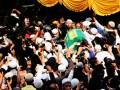 Sejumlah masyarakat membantu mengangkat jenazah Ustad Jefry Al-Buchory menuju pemakaman di TPU Karet bivak, Jakarta, Jumat (26/4). Ustad jefry wafat akibat kecelakaan tunggal sepeda motor.(ANTARA/Fajar Ambya)