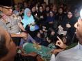 Pelayat memanjatkan doa di depan jenazah Ustadz Jeffry Al Buchori atau yang biasa disapa Uje di kediamannya Rempoa, Tangerang Selatan, Jumat (26/4). Uje meninggal karena kecelakaan sepeda motor yang dikendarainya di kawasan Pondok Indah, Jakarta Selatan. (FOTO ANTARA/Muhammad Iqbal)