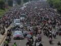 Puluhan ribu umat mengantar jenazah Ustad Jefri Al Buckhori untuk dimakamkan di melintas di Jalan MH Thamrin, Jakarta, Jumat (26/4). Ustad Jefri wafat setelah mengalami kecelakaan sepeda motor dikawasan Pondok Indah dini hari. (ANTARA/Reno Esnir)