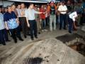 Gubernur Jawa Barat, Ahmad Heryawan (2 kiri), bersama Wakapolda Jabar, Rycko Amelza (3 kiri), meninjau lokasi aliran Sungai Cikijing yang berada tepat dibawah kawasan pabrik PT. Kahatex terkait Normalisasi Sungai Cikijing, Kab. Bandung, Jabar, Jumat, (26/4). Dalam kunjungannya, Gubernur meminta pihak terkait untuk segera melakukan normalisasi Sungai Cikijing guna mengatasi persoalan kemacetan, PKL dan banjir di depan kawasan PT. Kahatex tersebut, dengan total anggaran sebesar Rp. 10 triliun untuk normalisasi 10 sungai beserta anak Sungai Citarum termasuk Sungai Cikijing. (FOTO ANTARA/Fahrul Jayadiputra)
