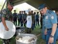 Kepala Staf Angkatan Laut Laksamana TNI Dr. Marsetio meninjau kegiatan dapur lapangan saat mengunjungi Markas Puslatpurmar Baluran, Karangtekok, Situbondo, Jawa Timur, Jumat, (26/4). Dapur lapangan dari Yonbekpal-1 Marinir tersebut akan menyiapkan menu makan bagi prajurit yang terlibat dalam Latihan Umum Latgab TNI tahun 2013 yang akan digelar awal Mei 2013. (FOTO ANTARA/HO-Kuwadi)