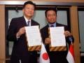 Menteri Komunikasi dan Informatika, Tifatul Sembiring (kanan), dan Menteri Komunikasi dan Dalam Negeri Jepang, Shindo Yoshitaka, menunjukkan naskah kerjasama yang sudah ditandatangani, di Kantor Kementerian Kominfo, Jakarta, Senin (29/4). Kerjasama tersebut meliputi bidang Informasi, Komunikasi dan Teknologi (ICT), utamanya dalam bidang teknologi pemberitahuan dini masalah gempa dan tsunami. (FOTO ANTARA/Ujang Zaelani)