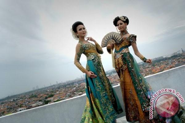 Dua model mengenakan kebaya paduan beberapa budaya karya desainer asal
