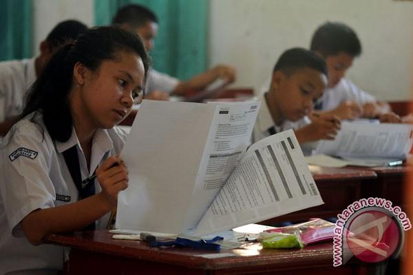 Sejumlah siswa mengerjakan soal ujian nasional (UN) di SMP Negeri 6